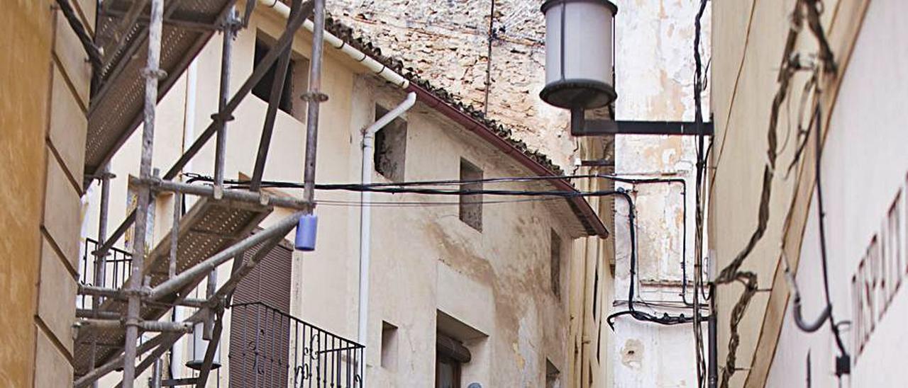 Viandantes pasean por el casco antiguo bocairentí | PERALES IBORRA