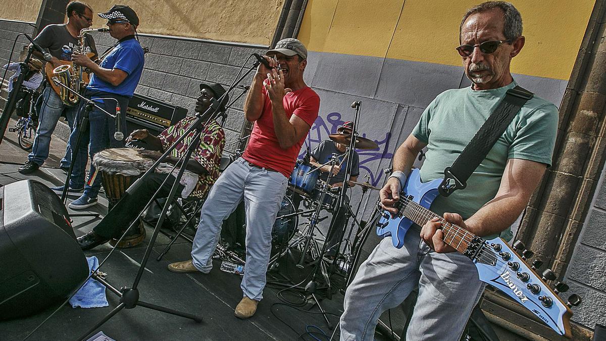 Actuación de un grupo musical en las calles de La Laguna, en una imagen de archivo.