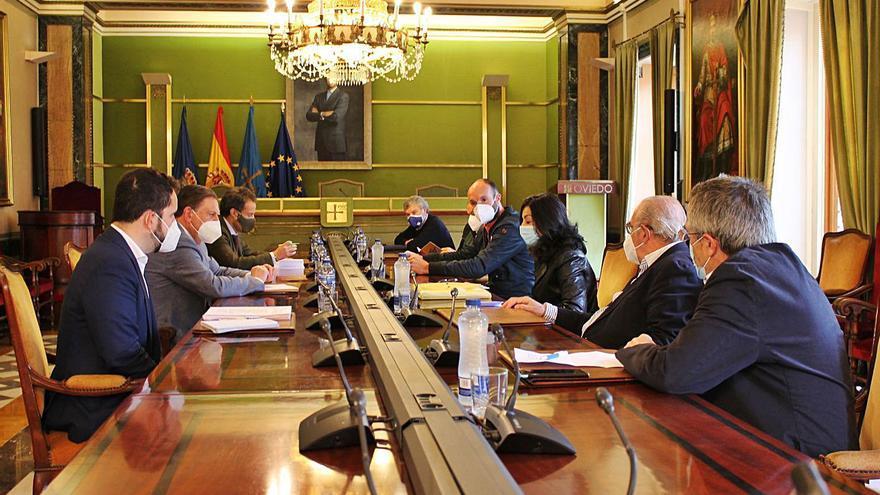 """Los vecinos de Oviedo acusan al Ayuntamiento de frenar """"mil denuncias"""" contra la hostelería local"""