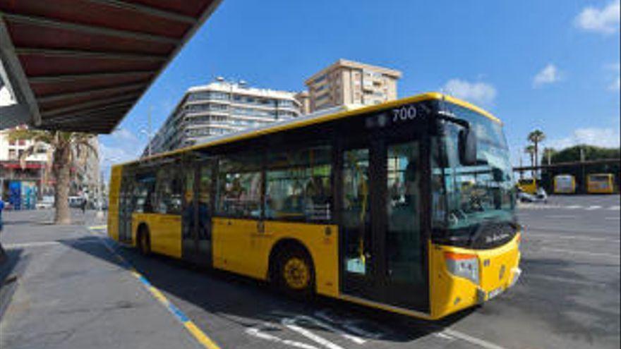 Los usuarios de guaguas de transporte urbano bajan un 35,6% en 2020 en Canarias