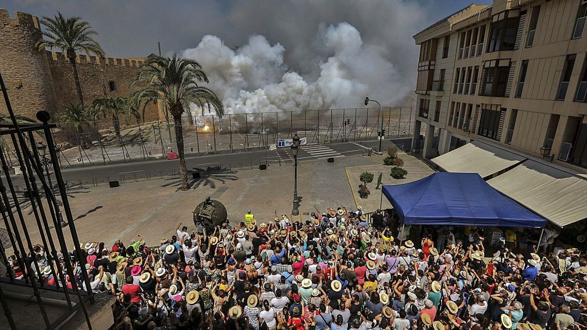 Las mascletás de las fiestas de agosto se lanzan frente al Palacio de Altamira. | ANTONIO AMORÓS