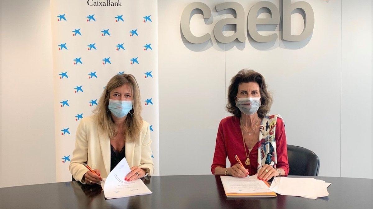 La directora territorial de CaixaBank en Balears, María Cruz Rivera, y la presidenta de CAEB, Carmen Planas, en la firma del acuerdo