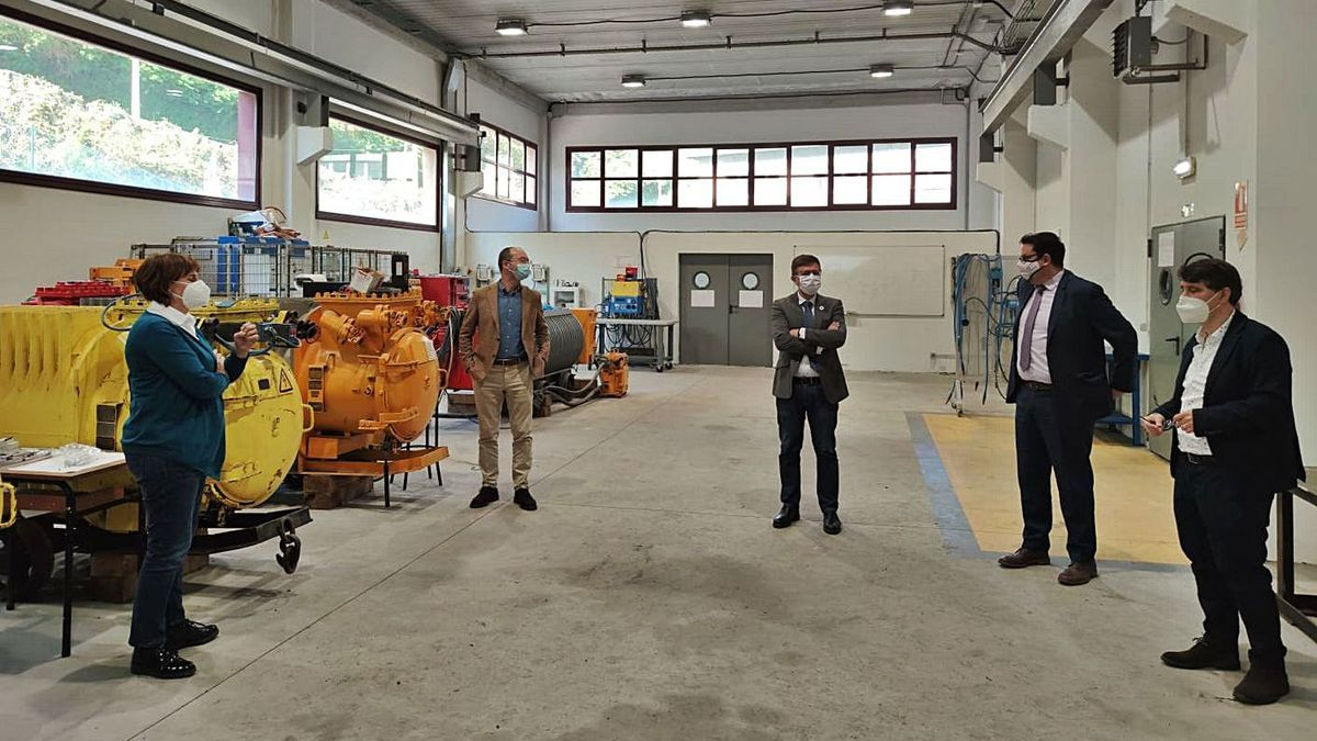 Pilar Varela, Javier Cueli, Pedro Fernández-Raigoso, Felipe González Coto y Francisco Fernández Miranda, ayer, en el centro de formación de Hunosa en Langreo.