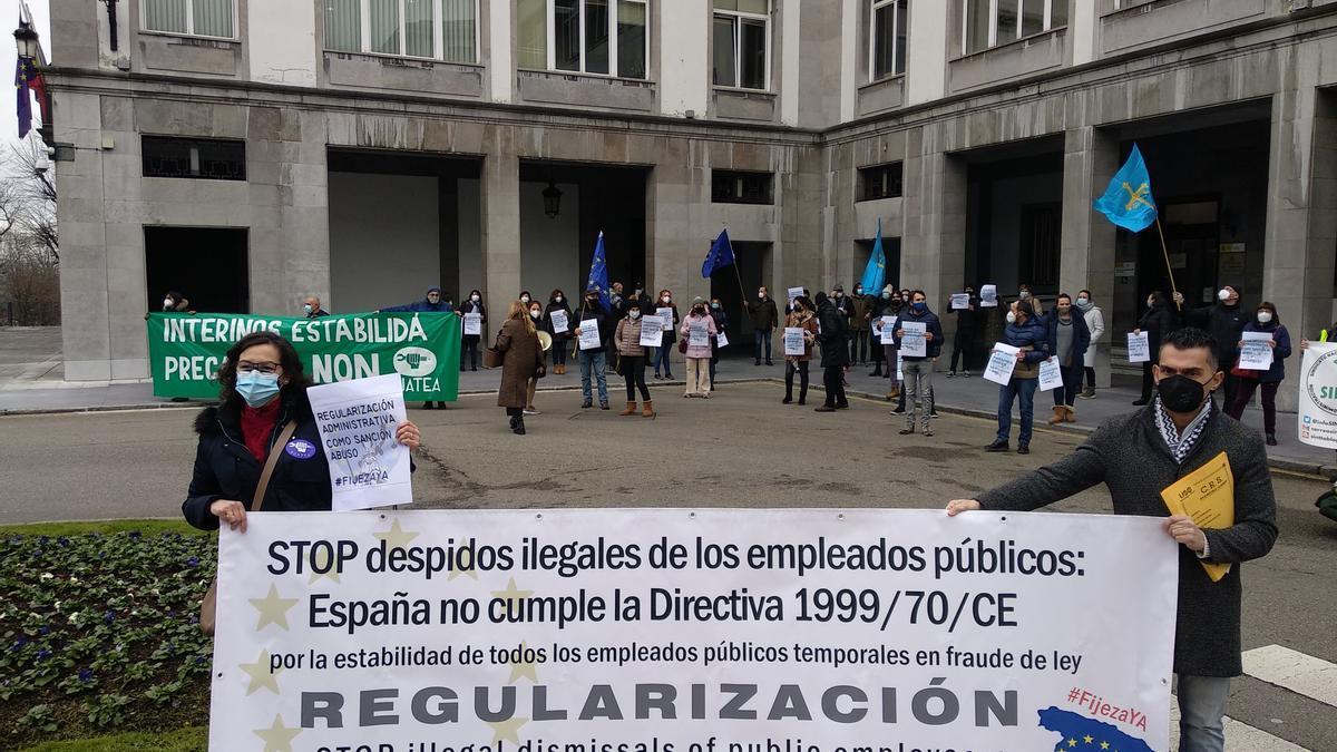 Los interinos, en la concentración ante la Delegación del Gobierno, esta mediodía en Oviedo.