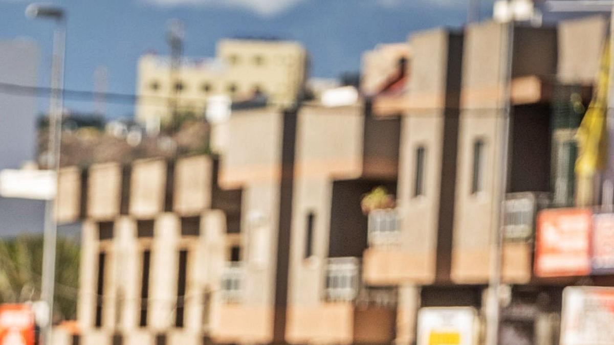 Un vecino del barrio santacrucero de El Chorrillo lleva una cesta con comida.     ANDRÉS GUTIÉRREZ