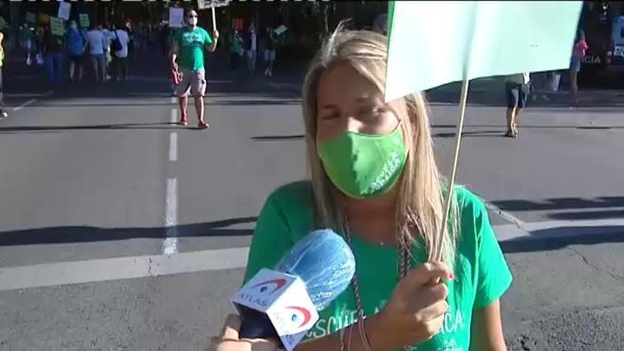 """Cientos de profesores piden en Madrid una vuelta """"segura"""" y la dimisión de Ayuso"""