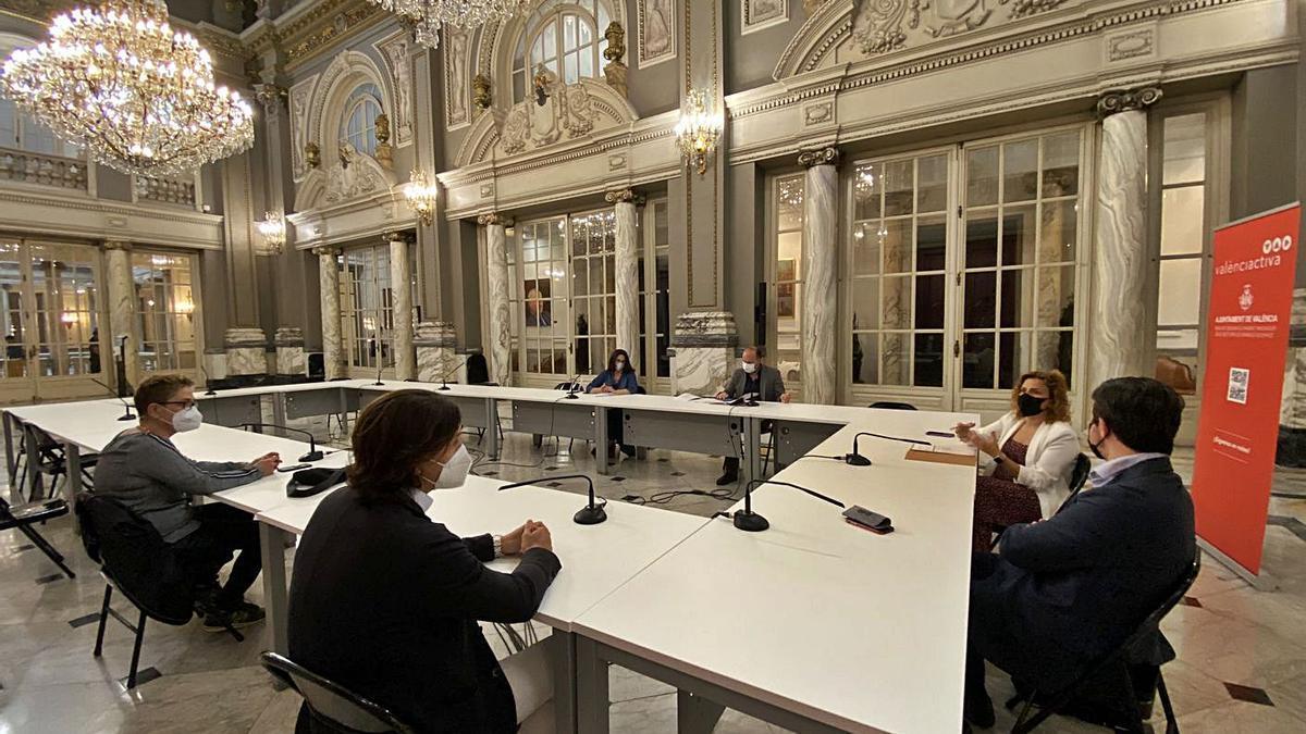 Reunión de Pilar Bernabé con los comerciantes del centro histórico. | LEVANTE-EMV