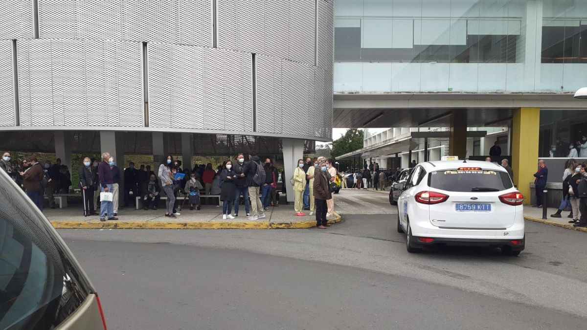 Pacientes y trabajadores del hospital de Conxo, tras ser desalojados. // FdV