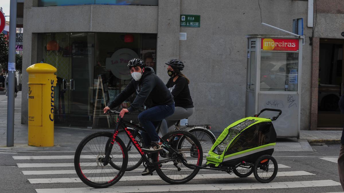 Dos ciclistas circulando por O Grove.