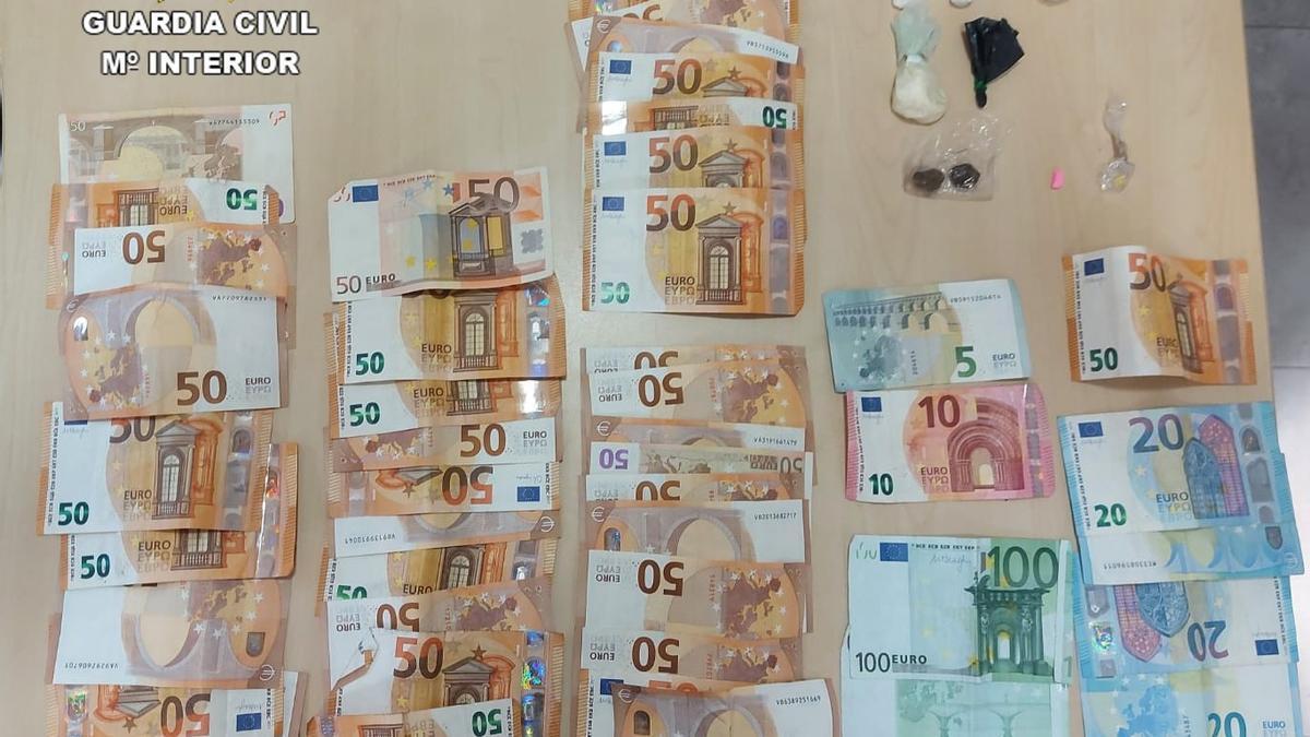 Imagen de las drogas y el dinero incautado en la operación de la Guardia Civil en Morella.