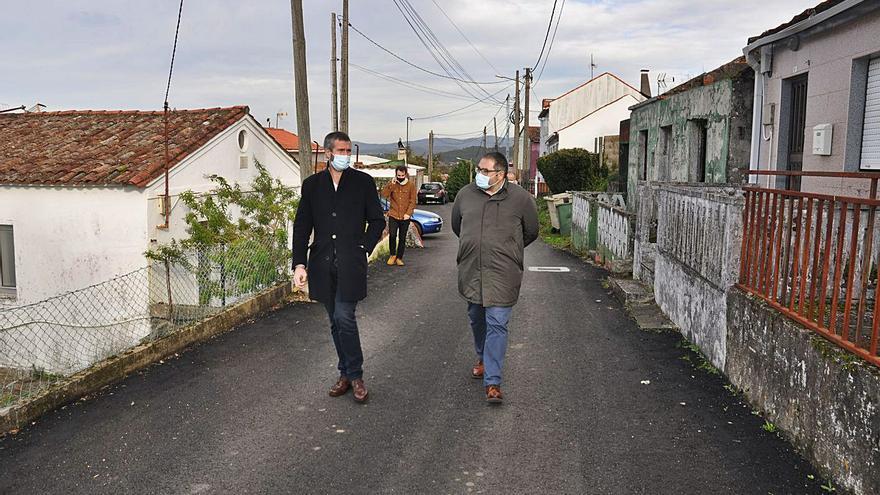 Varela comprueba la mejora de seguridad tras el asfaltado de 23 caminos del rural