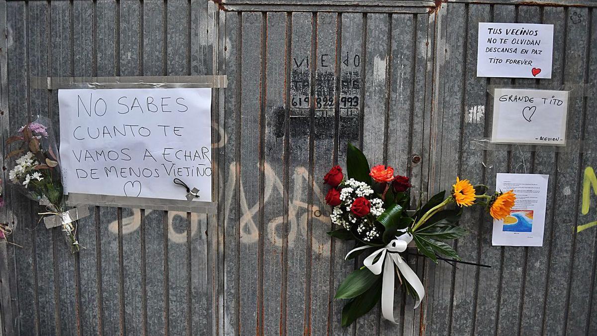 La puerta del taller de Roberto Fariña en la calle Adelaida Muro. |  // VÍCTOR ECHAVE