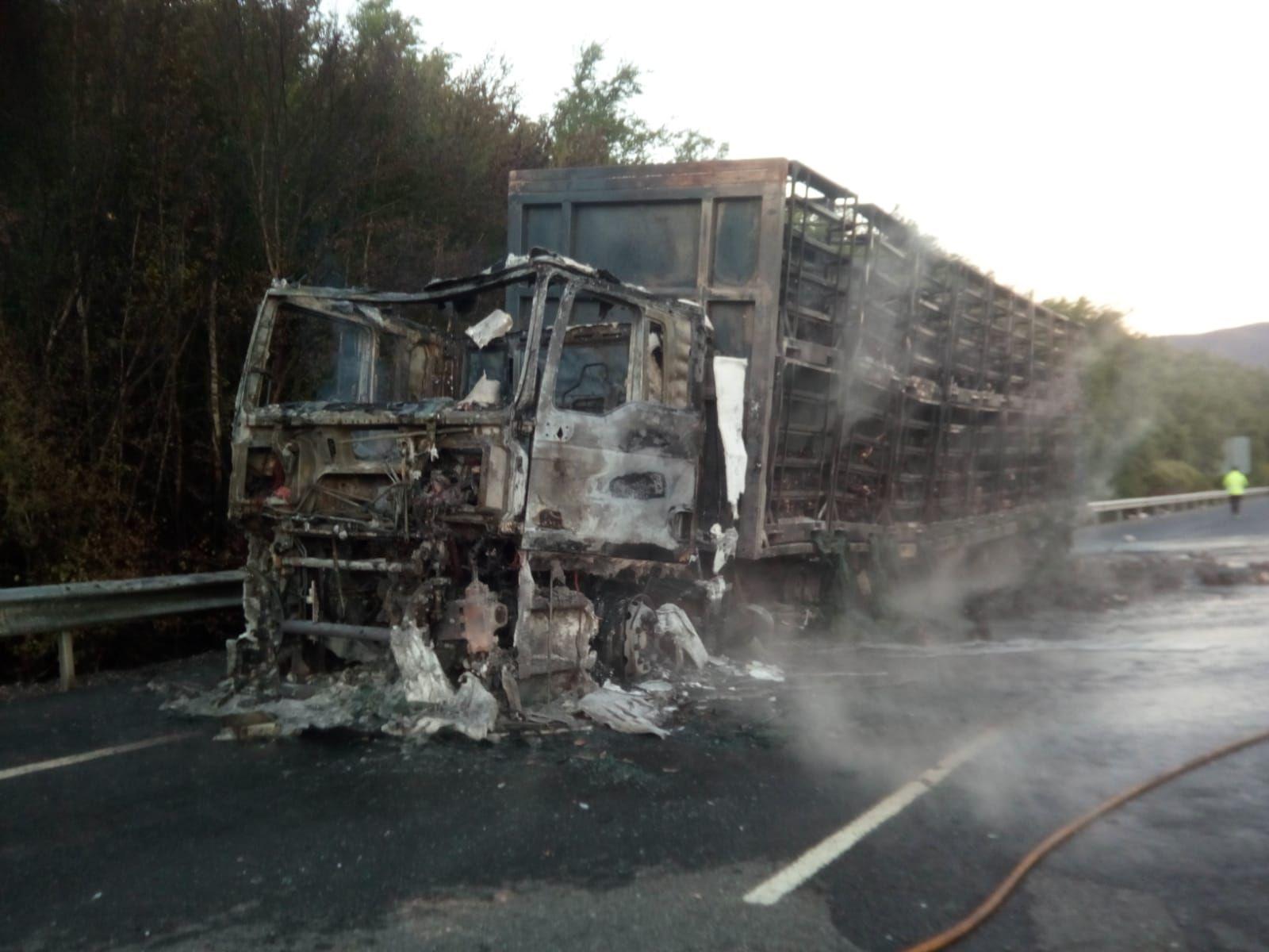 Espectacular incendio en un camión cargado de pollos