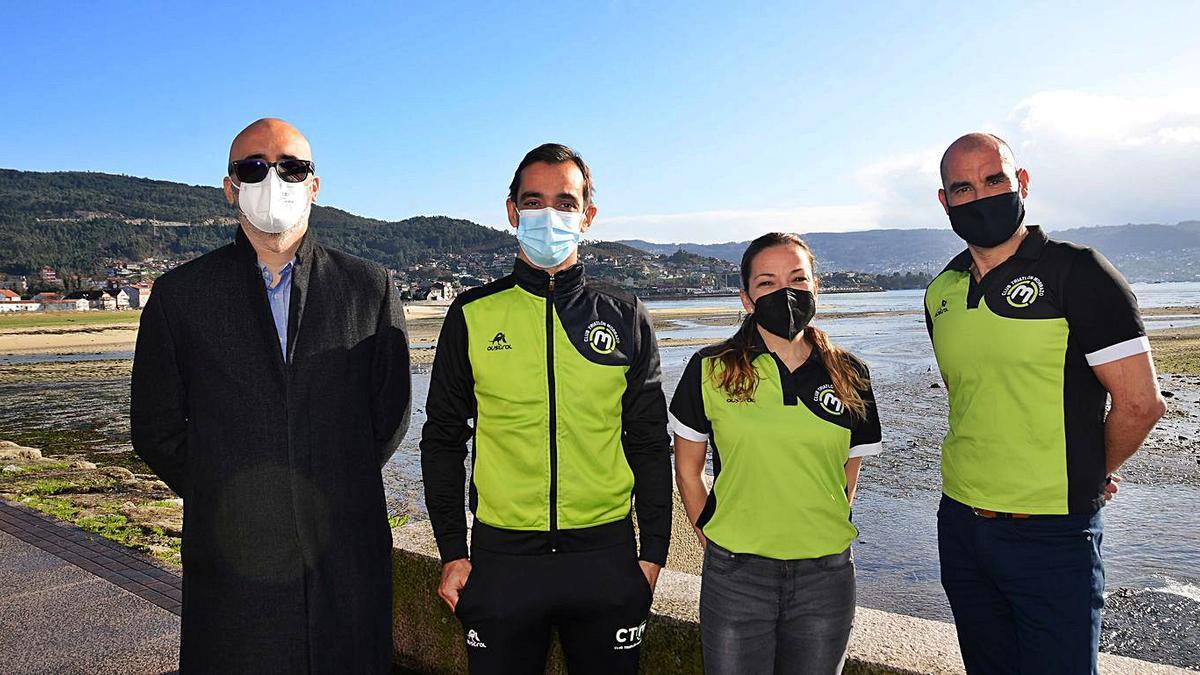 Parcero con los directivos del Club Triatlón Morrazo Felipe Veiga, Sandra Sastre y Juan Santarén.   | // G.N.