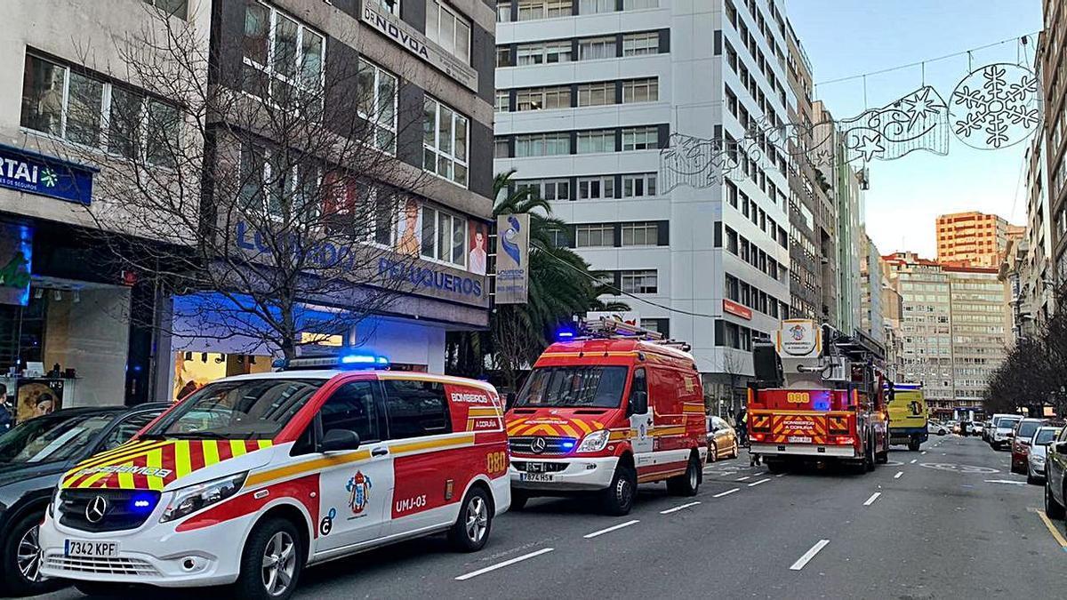 Vehículos de emergencias, en la calle Juan Flórez, ayer.  | // L. O.