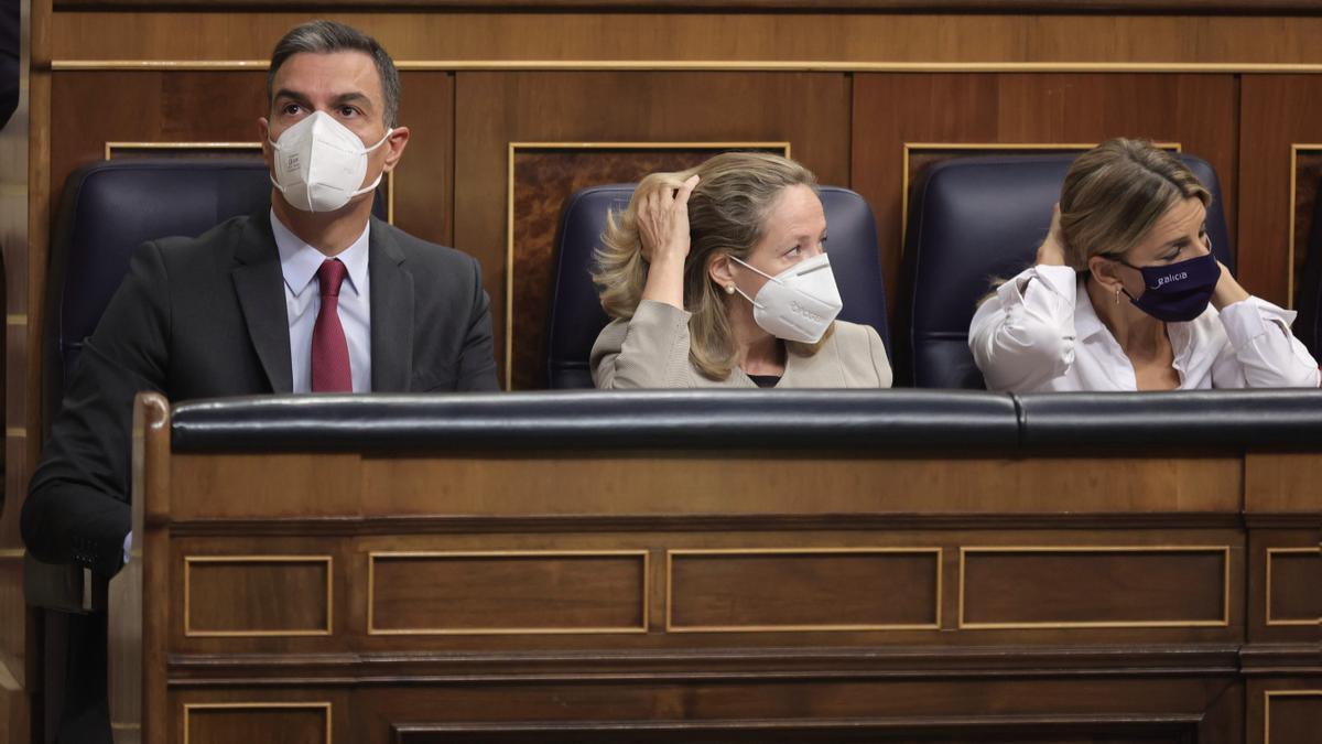 El presidente del Gobierno, Pedro Sánchez; la vicepresidenta primera y ministra de Asuntos Económicos y Transformación Digital, Nadia Calviño; y la vicepresidenta segunda del Gobierno y ministra de Trabajo, Yolanda Díaz.