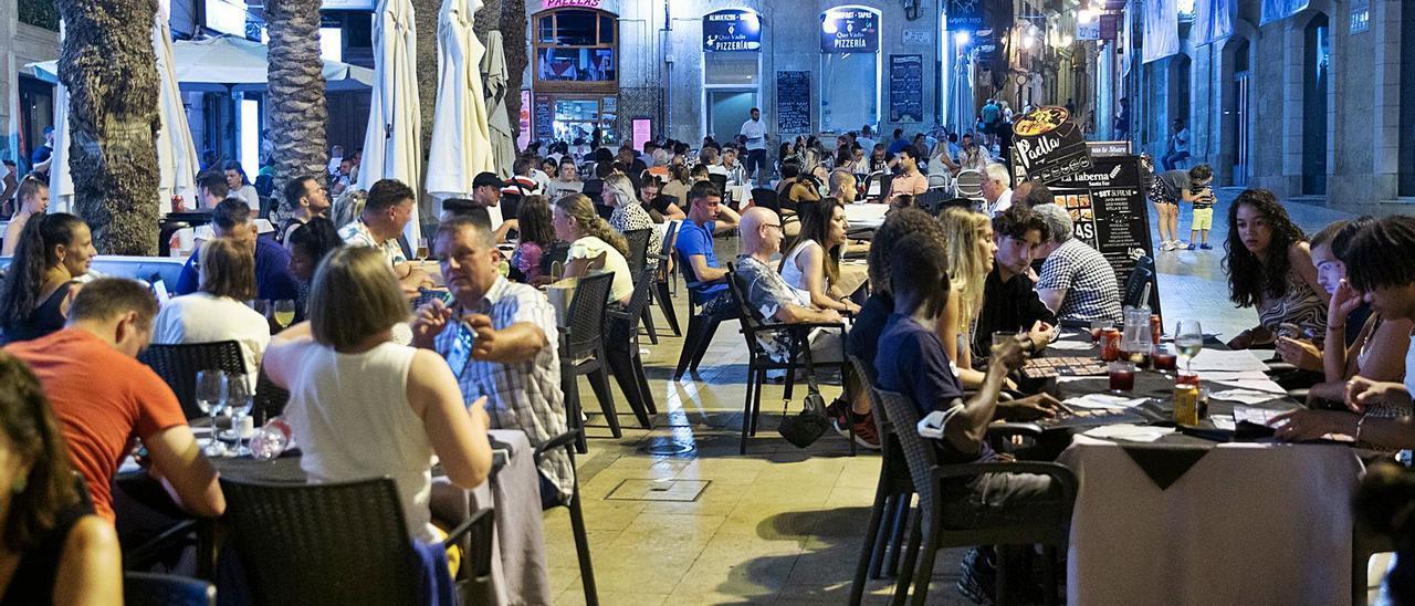 El turismo nacional fue clave en julio y volverá a ser estratégico este  agosto. Terrazas la noche del lunes en el casco antiguo de Alicante.    RAFA ARJONES