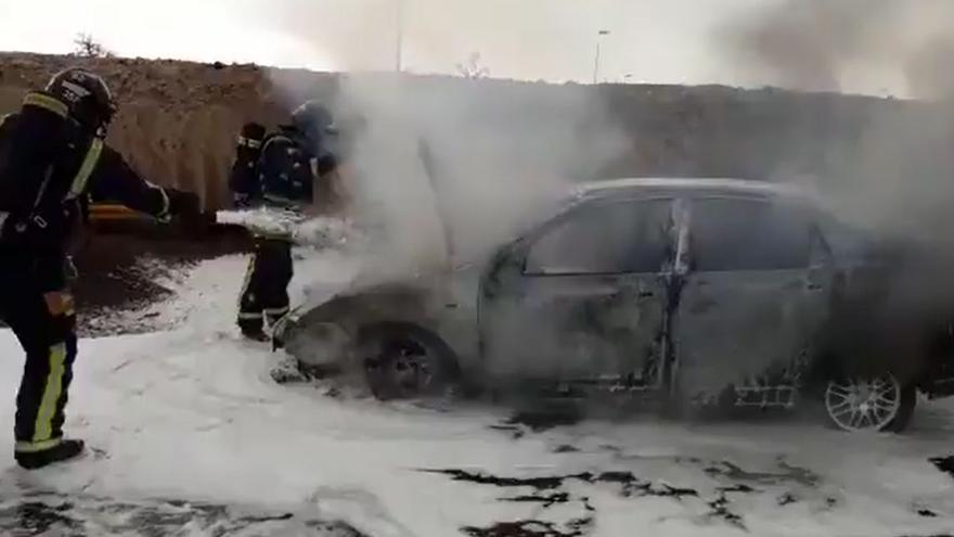 Bomberos de Tenerife extinguen las llamas de un vehículo en la autopista