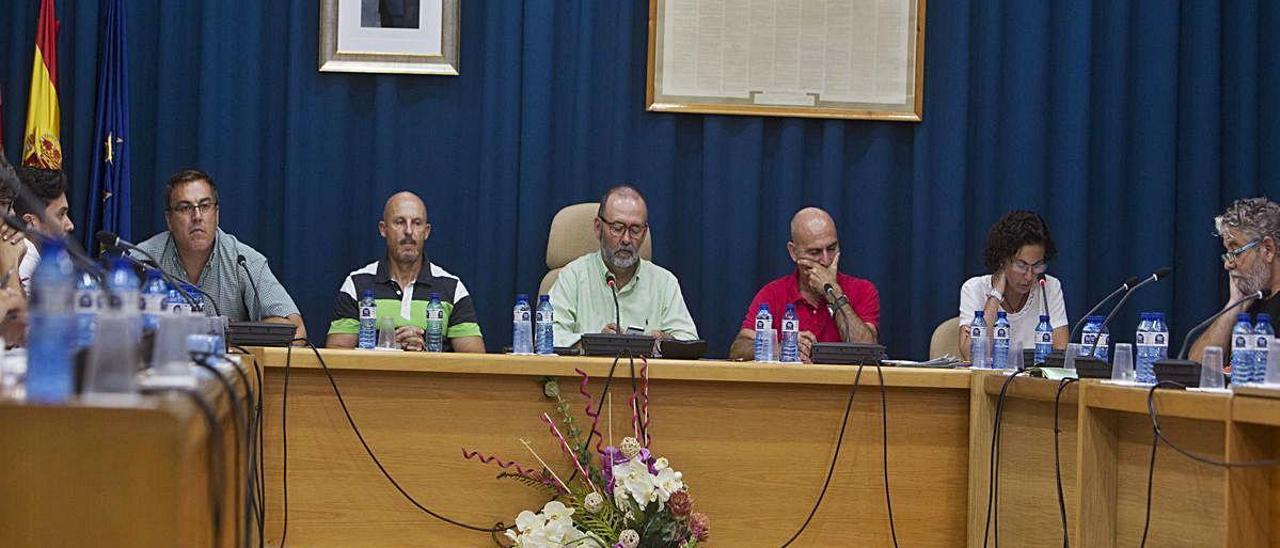 La corporación del Ayuntamiento de El Campello reunida durante un pleno, en imagen de archivo. RAFA ARJONES