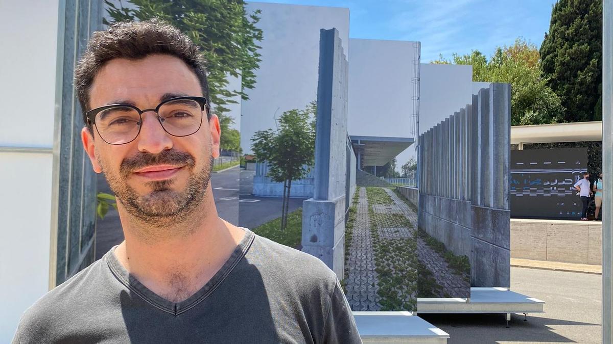 Abraham Castro Neira, junto a los paneles de su proyecto en Barcelona.