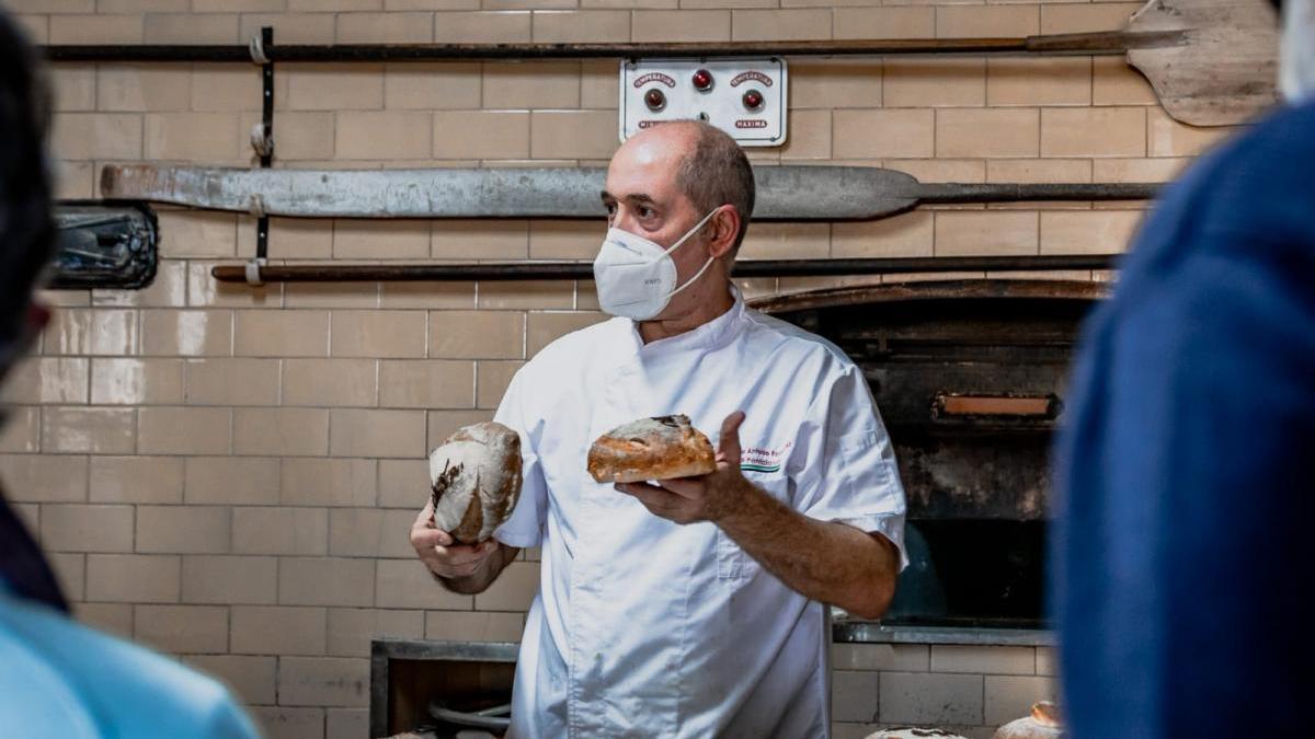 50 años con el horno de pan de Talaván encendido