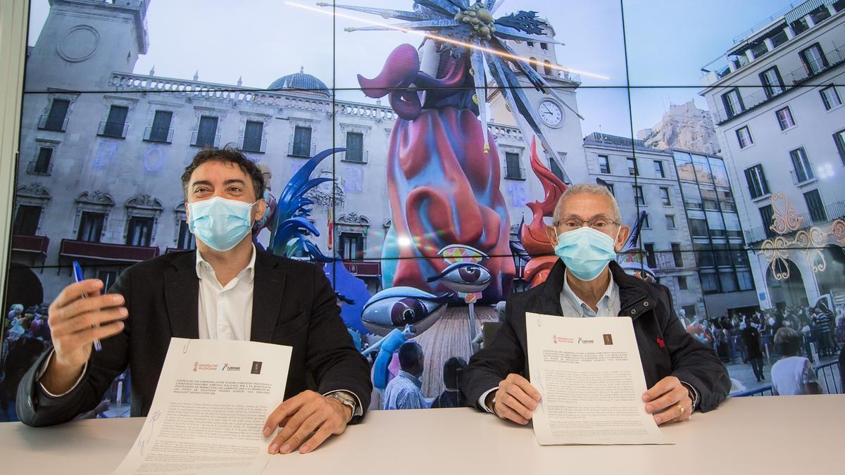 El secretario de Turisme y el representante de las Hogueras Especiales durante la firma del convenio