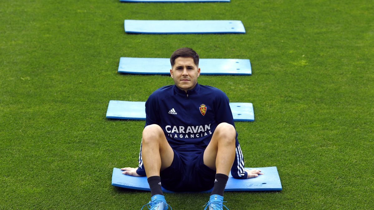 Álvaro Tejero, sentado sobre el césped de La Romareda antes de la sesión de entrenamiento de este miércoles.
