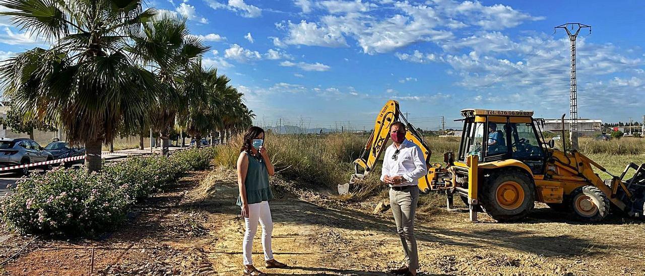 El alcalde Vicente Zaragozá supervisó las obras en la avenida Gandia.   A.S.