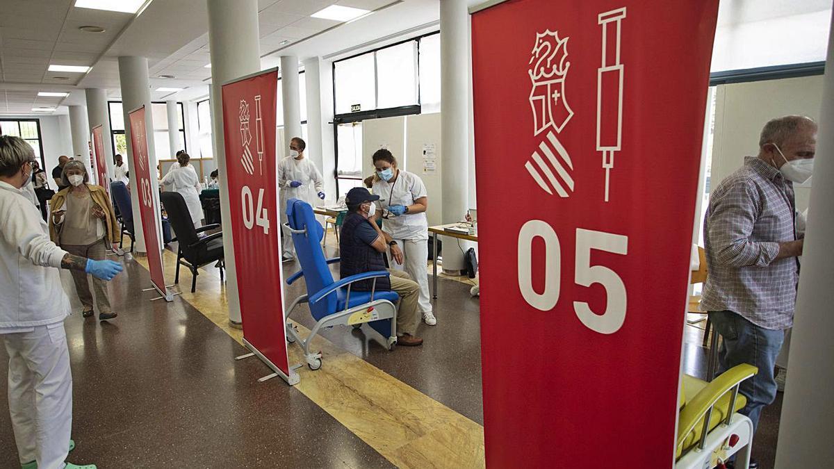 El centro cívico de Port de Sagunt sirve de vacunódromo de personas entre 66 y 69 años, ayer.  | DANIEL TORTAJADA