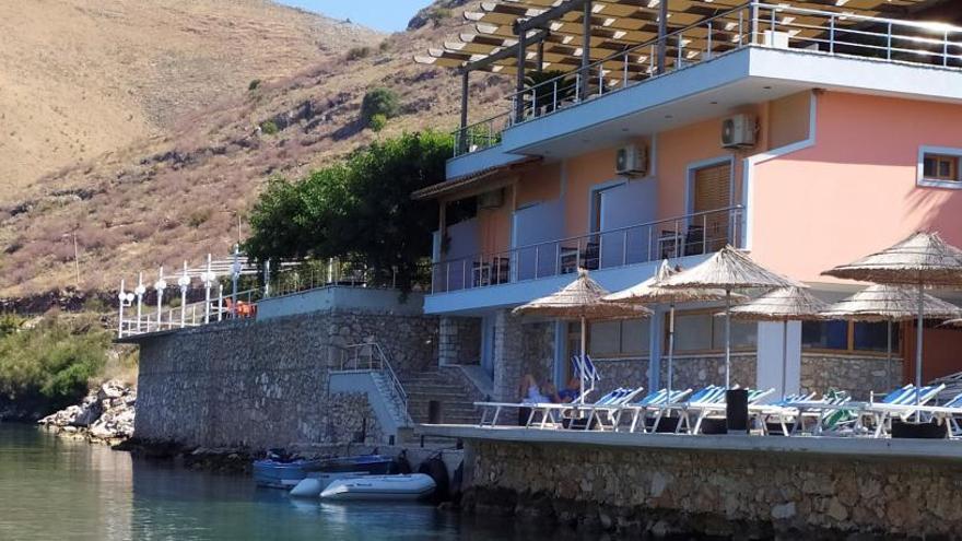 Enderroquen el restaurant de l'albanès que va atacar una família espanyola