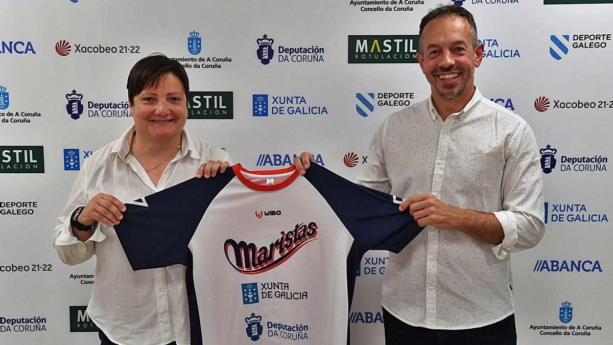 Esther Muñiz y Carlos Cortés, con la camiseta del Maristas, ayer en la presentación.    // VÍCTOR ECHAVE