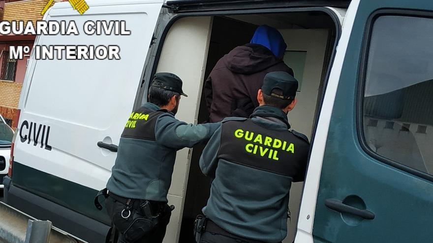 Desmantelan un punto de venta de droga al por menor en una vivienda de Silla