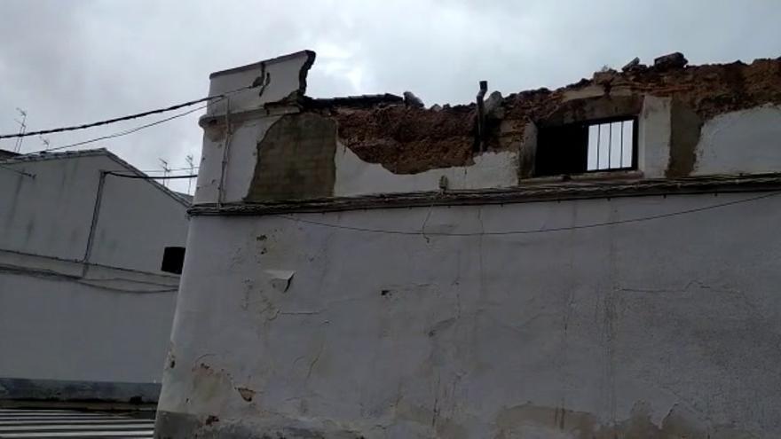 Se derrumba parte de la fachada de una nave por las lluvias en Almendralejo