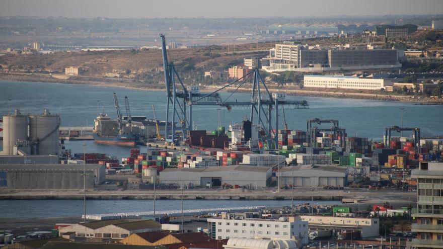 Hallan el cadáver de un hombre flotando en el Puerto de Alicante