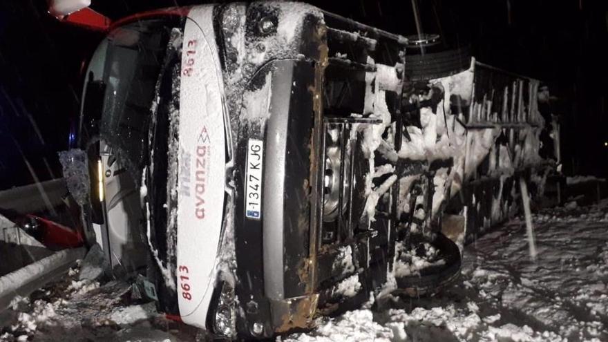 Rescatadas cuatro personas tras volcar un autobús en Zaragoza