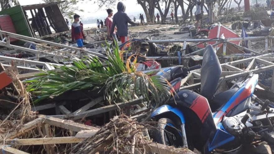 Eleven a 384 el nombre de morts pels sismes i el tsunami a Indonèsia