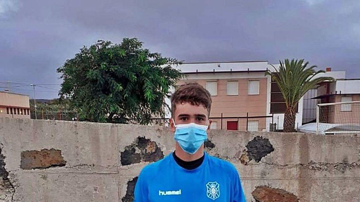 Antonio Gutiérrez, con la equipación del Tenerife.