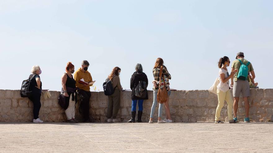 Viaje didáctico al pasado para descubrir las murallas medievales de Ibiza