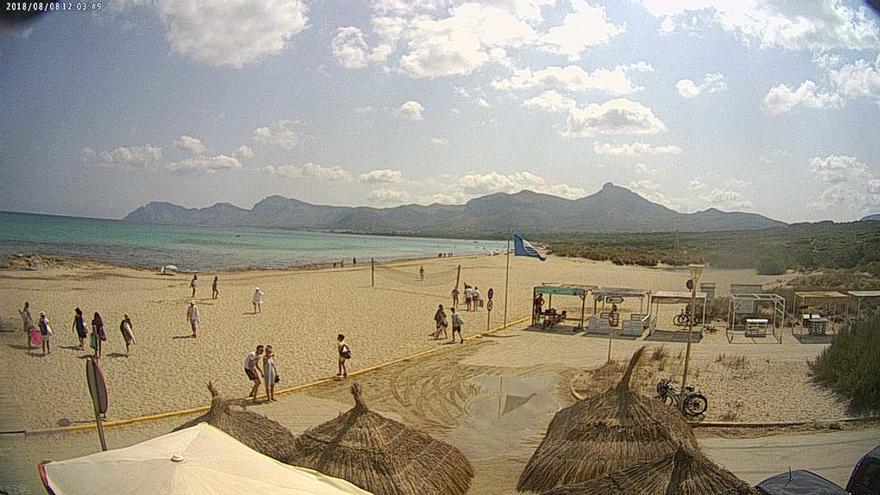 Rathaus pfeift auf Verbot und baut Duschen am Strand Son Serra de Marina auf