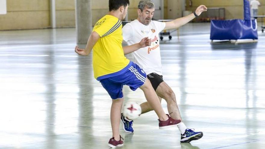 Fernando Clavijo y otros candidatos disputan un partido de fútbol
