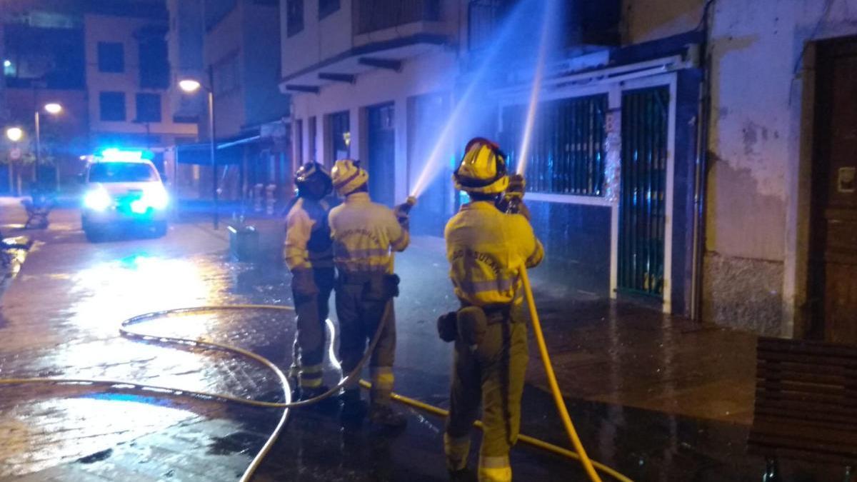 Efectivos de bomberos durante la extinción del incendio.