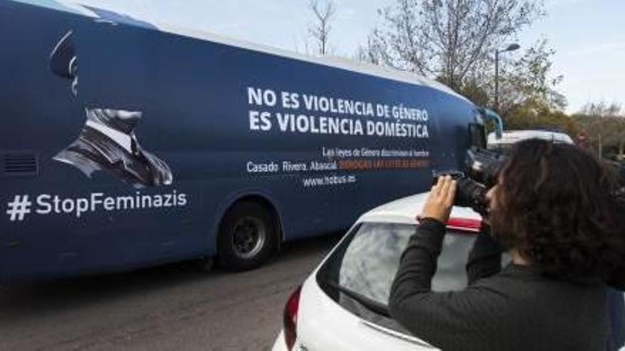 """HazteOír denuncia a la Policía Local de València por """"convocar a grupos contrarios"""" a su polémico bus"""