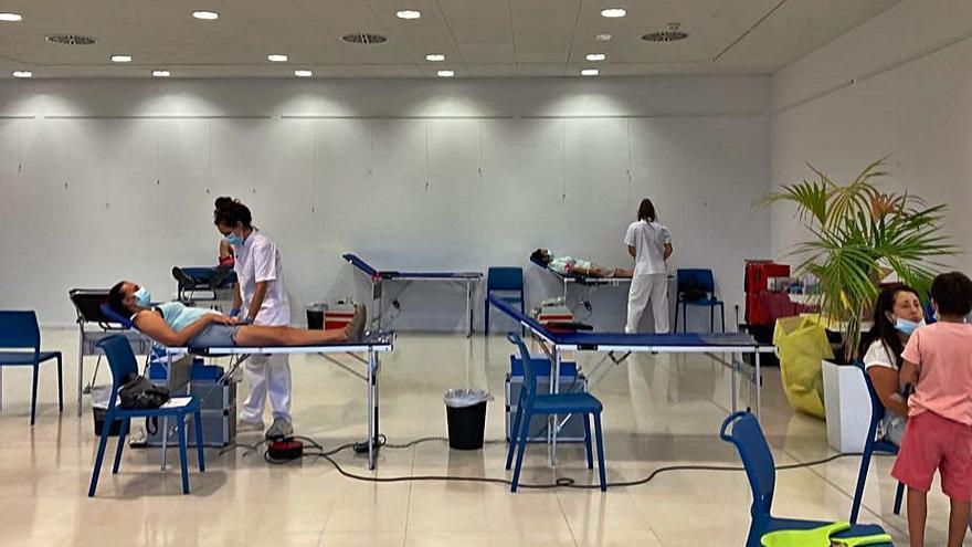 Quasi mig centenar de persones donen sang a l'acapte de Santa Margarida de Montbui