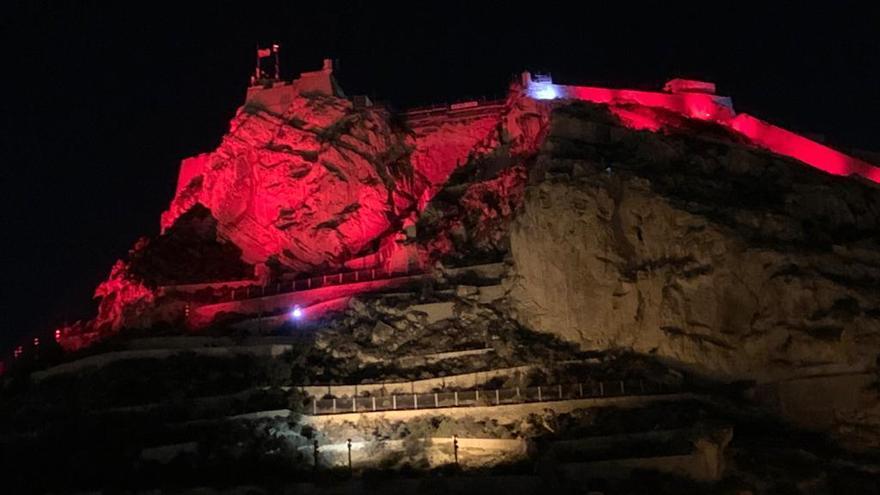 El castillo de Santa Bárbara se iluminó en rojo en la noche de ayer por la campaña Polio Plus de los Rotary Clubs a nivel mundial