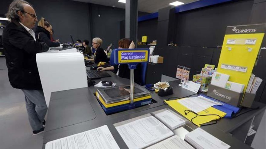 Las oficinas de Correos con mayor afluencia abrirán hasta las diez.
