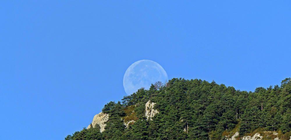 La posta de lluna a Sant Llorenç de Morunys.