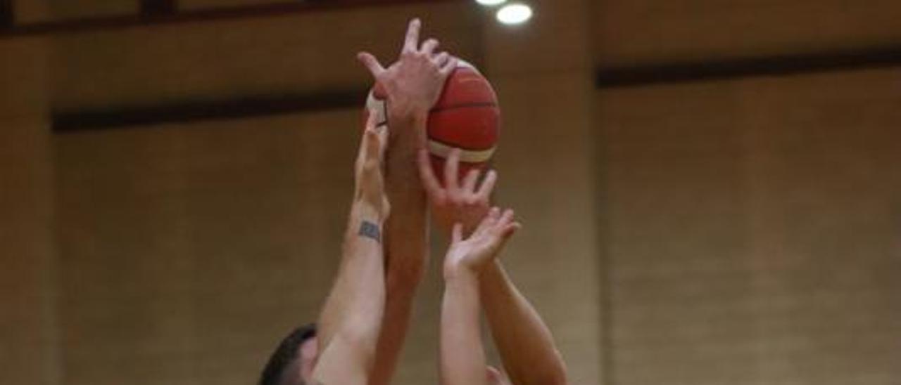 Cuatro jugadores pugnan por el balón. | ALFONSO SALDAÑA