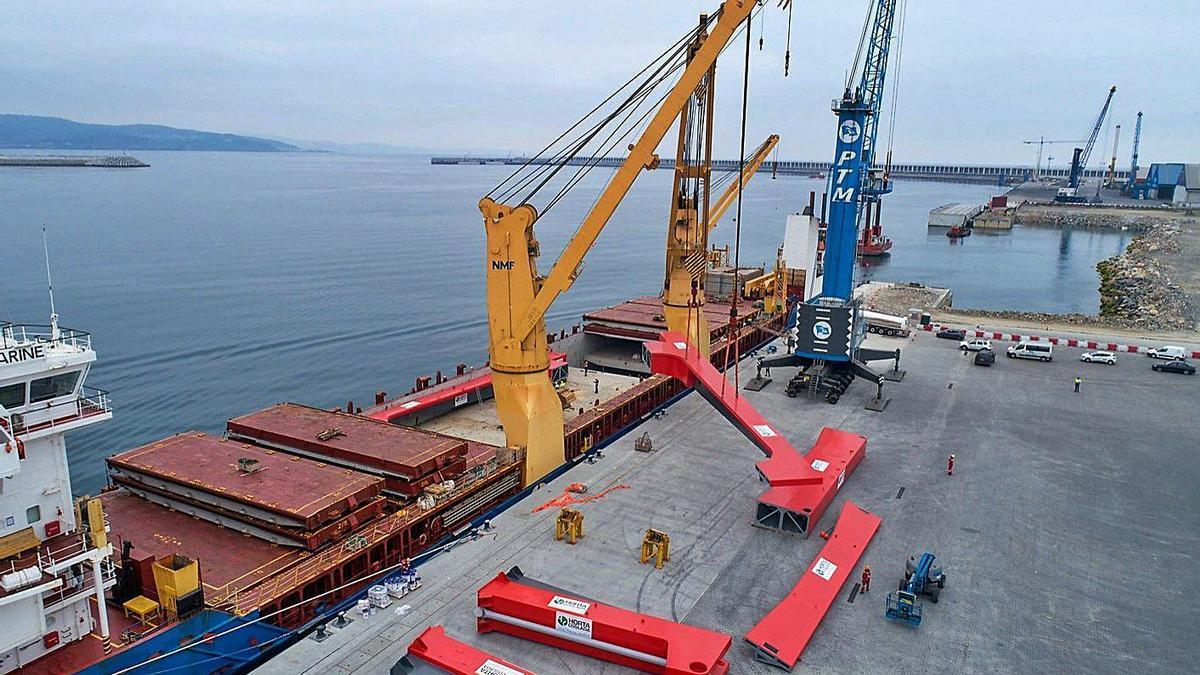 Una operación de carga en el puerto exterior. |   // LA OPINIÓN