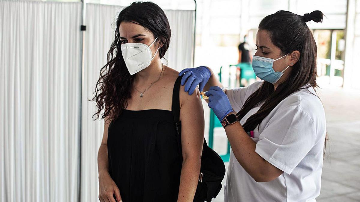 Una mujer recibe la vacuna en el recinto ferial de Ifeza. |