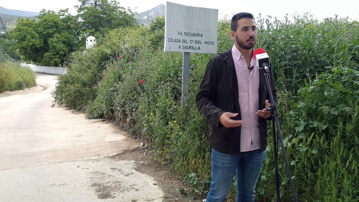 El concejal Jesús Sánchez, en el camino del Hoyo en Priego.